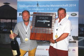 Thomas Gote (r., SVH) und Kai Wolfram (SCC) mit dem Pokal des Deutschen Meisters im 15er Jollenkreuzer Fotoo: Sabine Stich